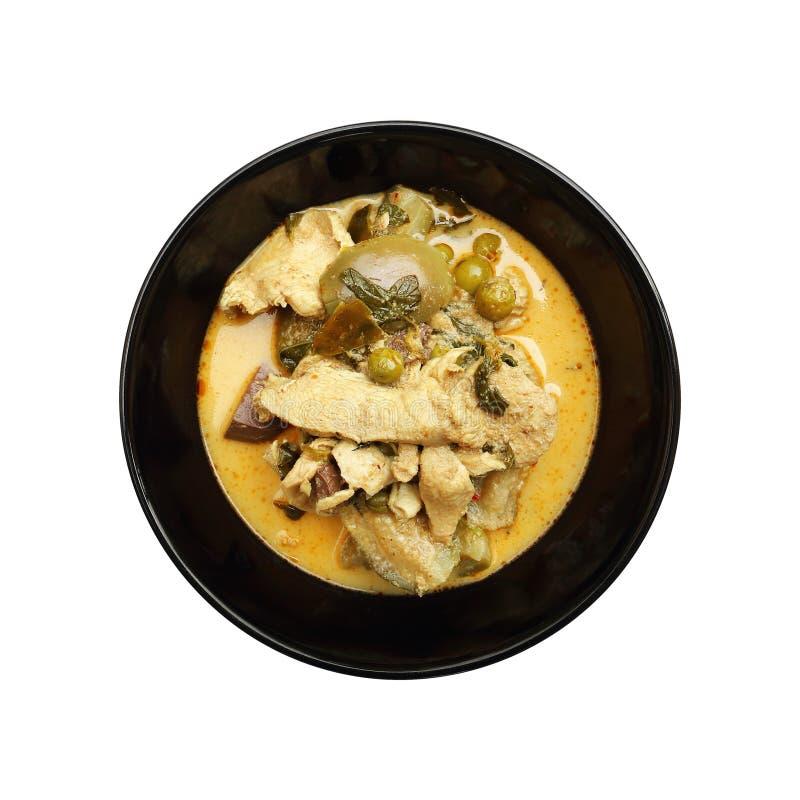 与鸡的绿色咖喱在白色隔绝的黑陶瓷碗 免版税库存图片