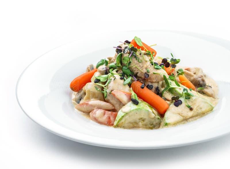 与鸡肉、红萝卜、蘑菇、夏南瓜和在白色背景隔绝的乳酪调味料的热的沙拉 健康食品,顶视图 免版税图库摄影