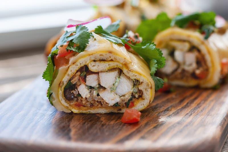 与鸡肉和辣蕃茄的传统墨西哥辣酱玉米饼馅 库存图片