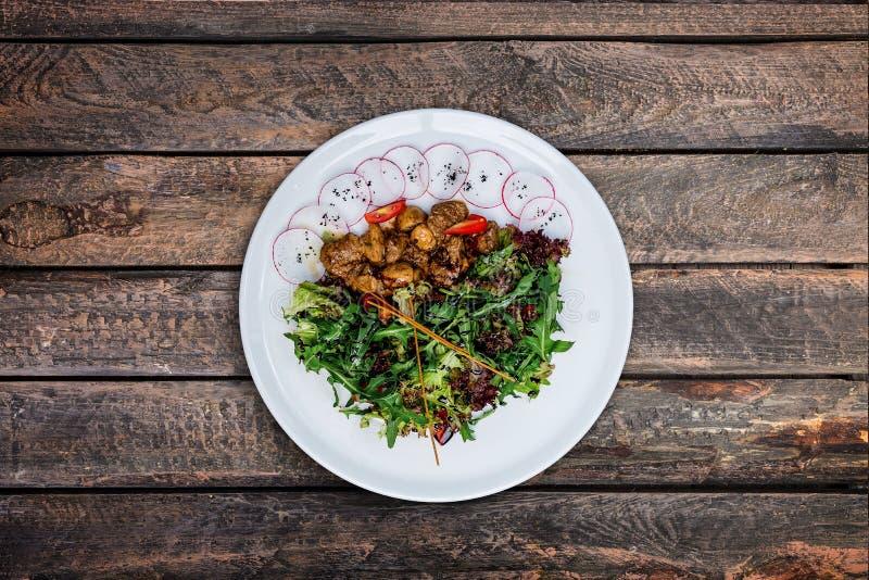 与鸡肝的沙拉在乳脂状的调味汁用蘑菇 免版税库存照片