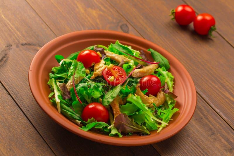 与鸡胸脯、芝麻菜和蕃茄的新鲜的沙拉 免版税图库摄影