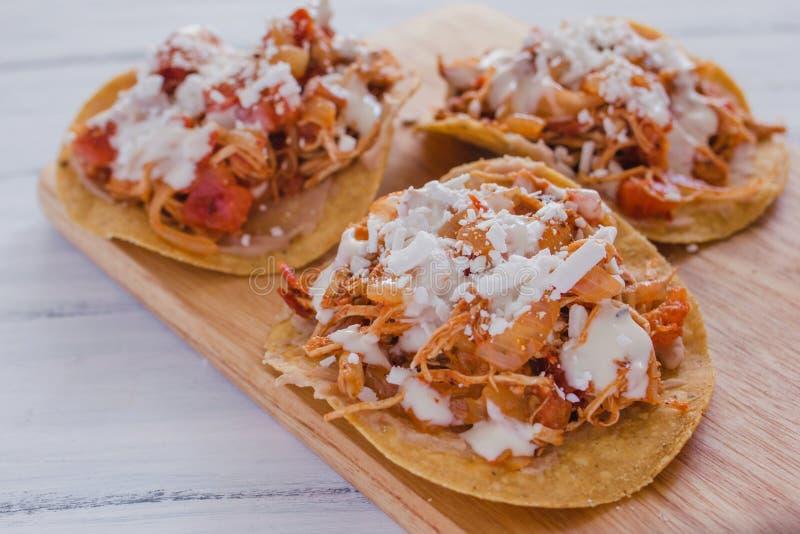 与鸡, tinga de pollo墨西哥食物的炸玉米粉圆饼Mexicanas在墨西哥 库存图片