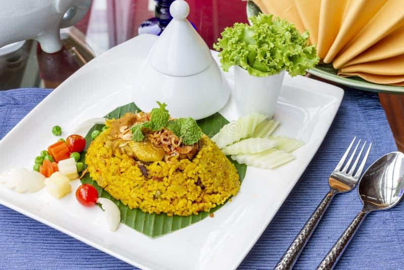 与鸡-泰国希拉勒食物的黄色米 免版税库存照片