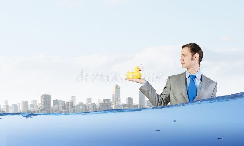 Download 与鸭子的商人 库存照片. 图片 包括有 藏品, 办公室, 商业, 幽默, 颜色, 传神, 白种人, 橡胶 - 59105524