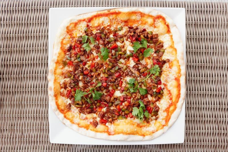 与鸭肉和烤肉汁的比萨 库存图片