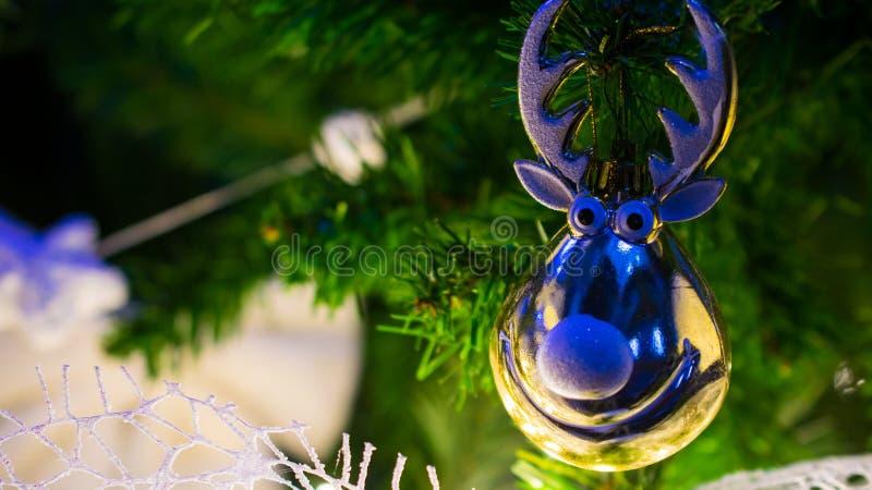 与鹿装饰细节的圣诞树 库存图片