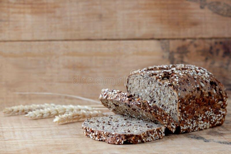 与麦子峰值的全麦面包 库存图片