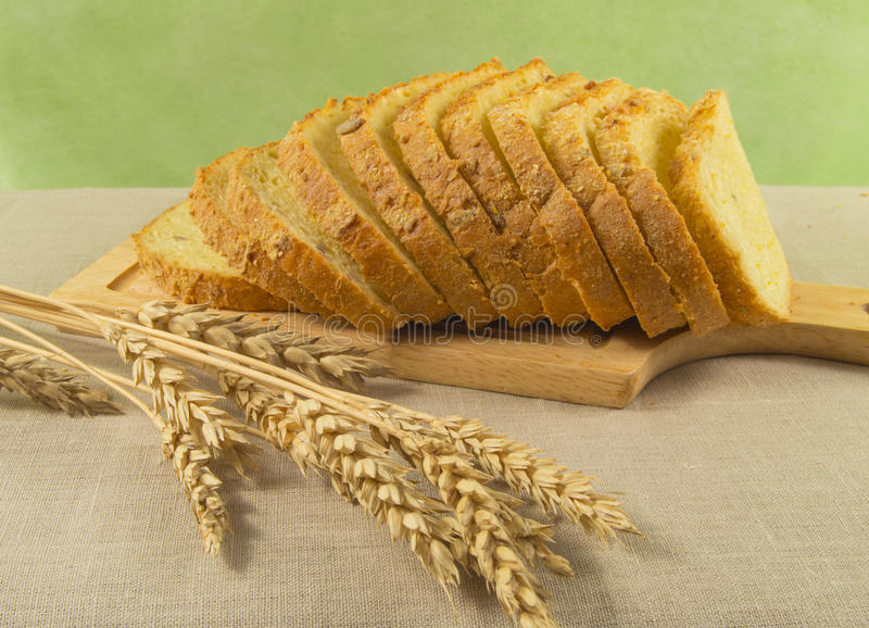 与麦子的耳朵的切的白面包 健康的饮食 免版税库存图片