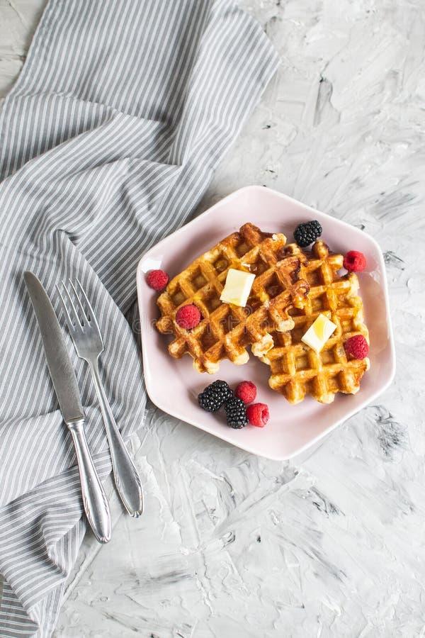 与黄油蜂蜜莓果莓黑莓表洗碗布的自创比利时华夫饼干 免版税图库摄影
