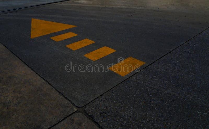 与黄线和箭头标志的路地板 免版税库存照片
