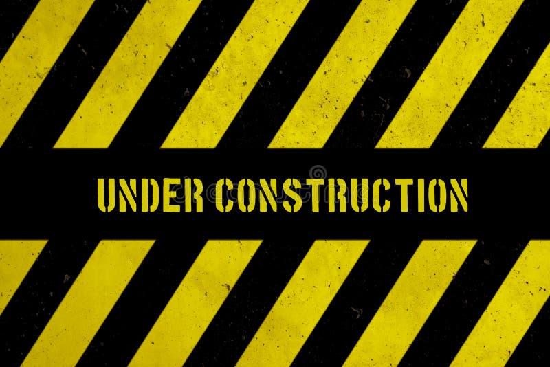 与黄色和黑条纹的建设中警告危险标志被绘在混凝土墙粗糙的门面纹理背景 向量例证