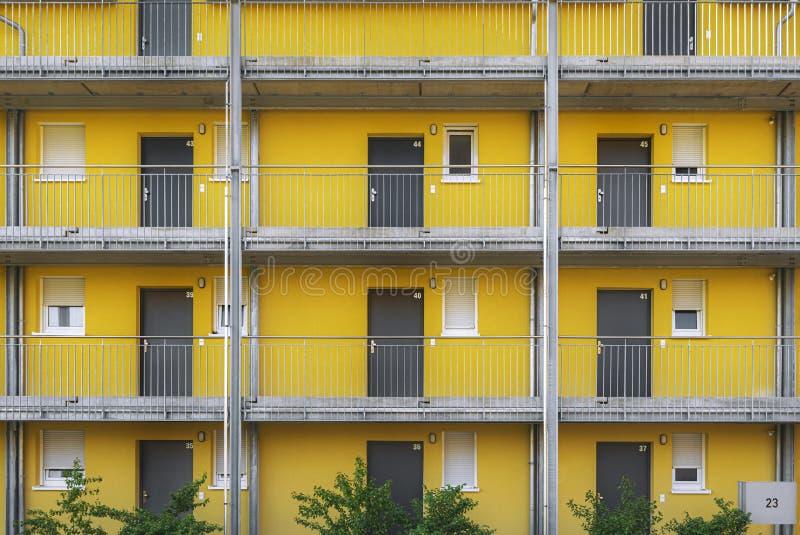 与黄色墙壁和灰色门的公寓 库存图片