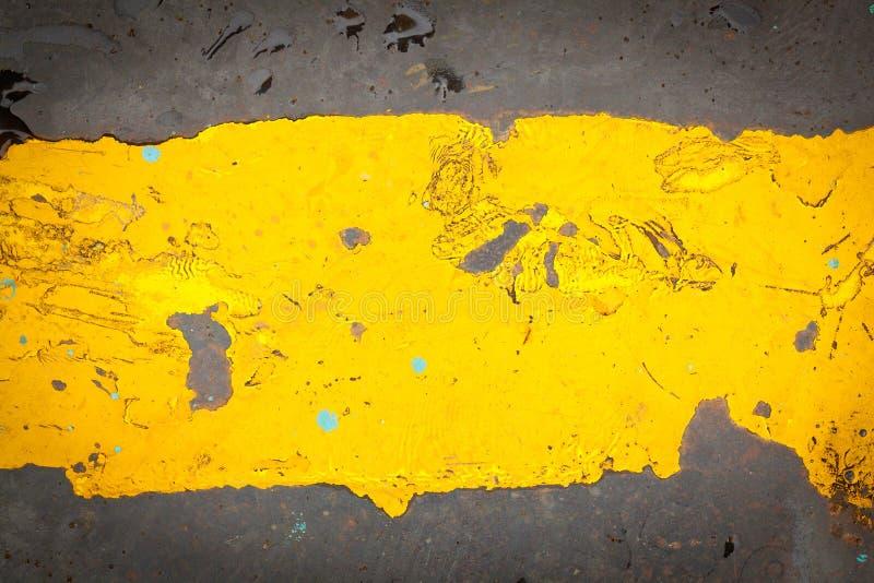 与黄色模式的黑暗的钢基底牌照油漆 库存例证