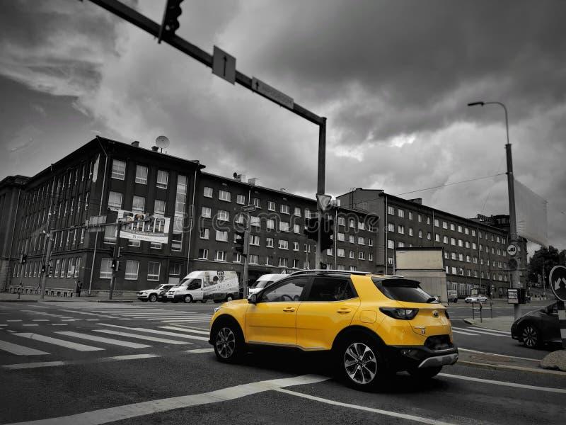 与黄色眼睛的街道视图 库存照片