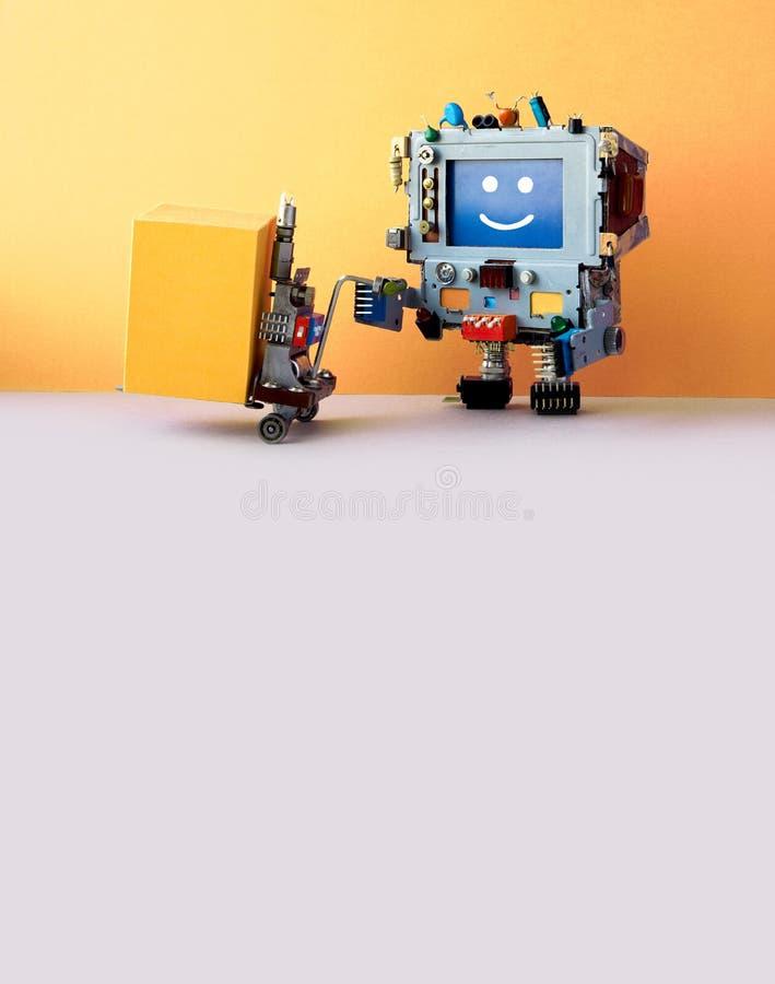 与黄色箱子和供给动力的板台起重器的机器人传讯者 创造性的设计铲车推车机制 机器人自动化 免版税库存照片