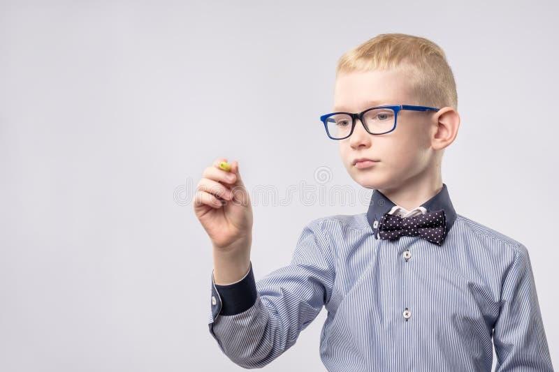 与黄色铅笔的十几岁的男孩文字 库存图片