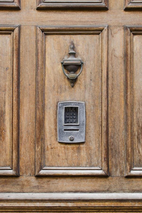 与黄铜敲门人和numlock数字l的葡萄酒前面木门 免版税库存照片