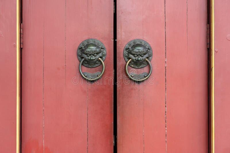 与黄铜狮子通道门环的门细节关闭,菩萨牙遗物寺庙和博物馆,唐人街,新加坡,亚洲 免版税库存图片