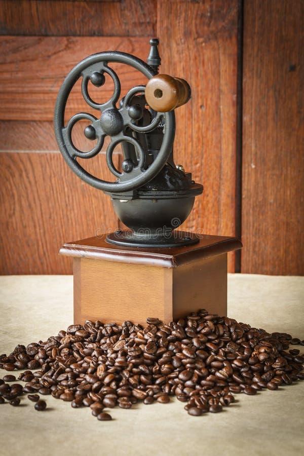 与黑咖啡豆的手工磨咖啡器 图库摄影