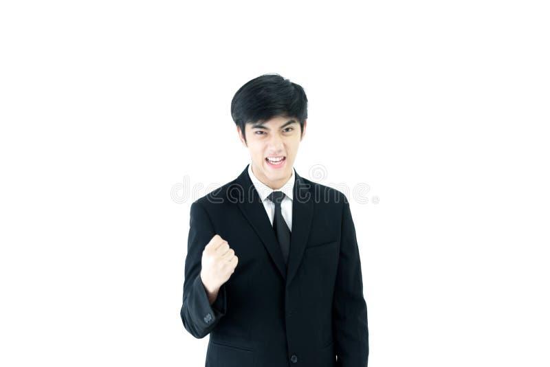 与黑在白色背景有感觉胜利隔绝的衣服和黑领带的亚洲商人 免版税库存照片