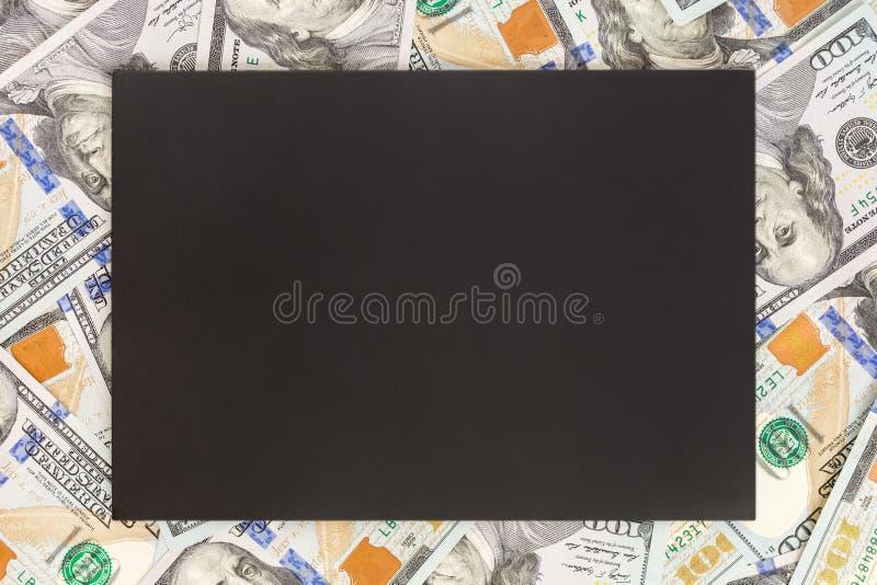 与黑大模型的金钱背景 文本的Copyspace黑暗的地方 美国货币一百美元钞票背景 财政, 免版税库存照片