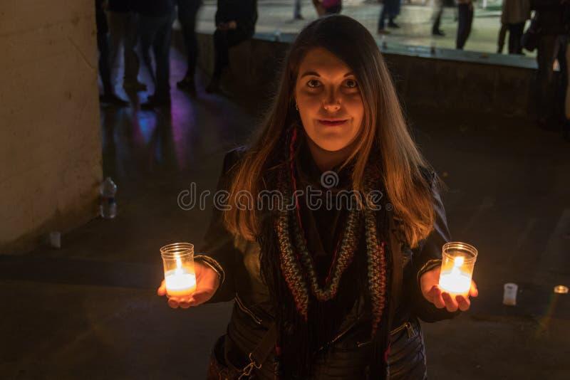 与黑夹克的模型在与蜡烛的夜照片 库存图片