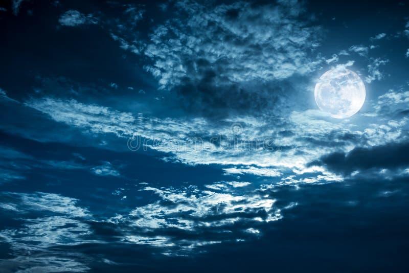 与黑暗多云的美丽的夜空 有些云彩给投上阴影 免版税图库摄影