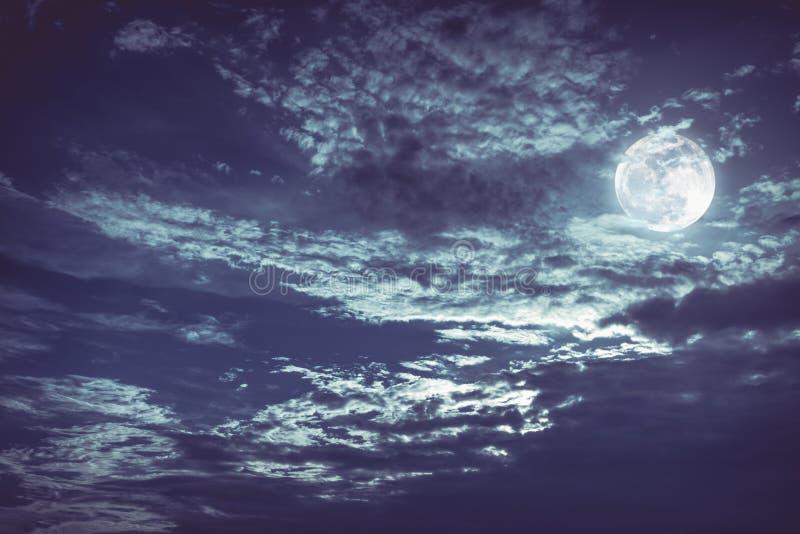 与黑暗多云的美丽的夜空 有些云彩给投上阴影 免版税库存图片