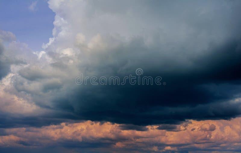 与黑暗的云彩的剧烈的风雨如磐的天空背景的 库存图片