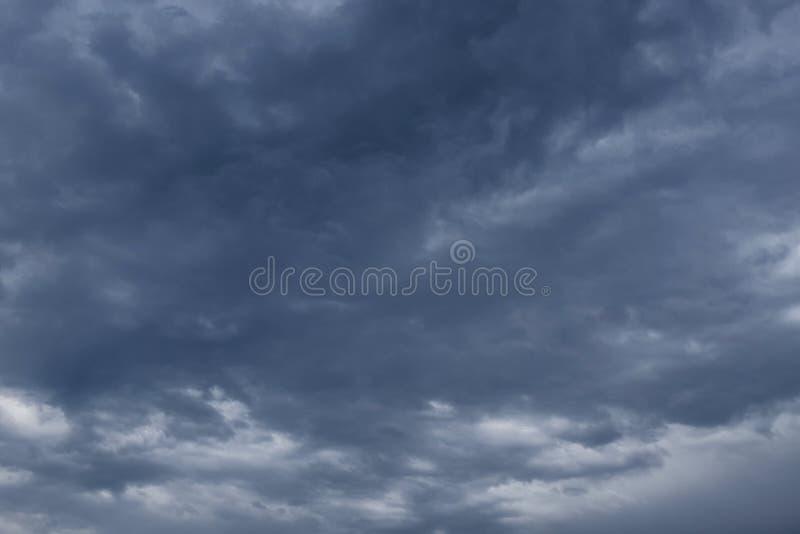 与黑暗的云彩的阴暗天空,灰色云彩,在雨前 库存图片