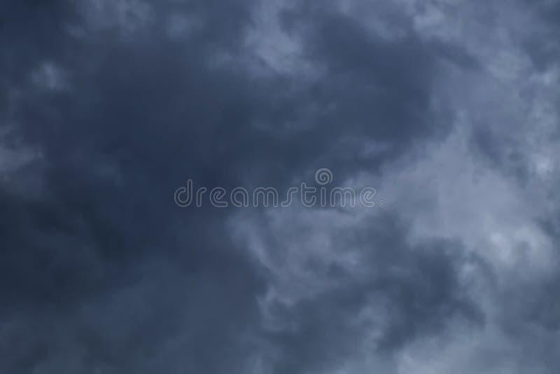 与黑暗的云彩的阴暗天空,灰色云彩,在雨前 图库摄影