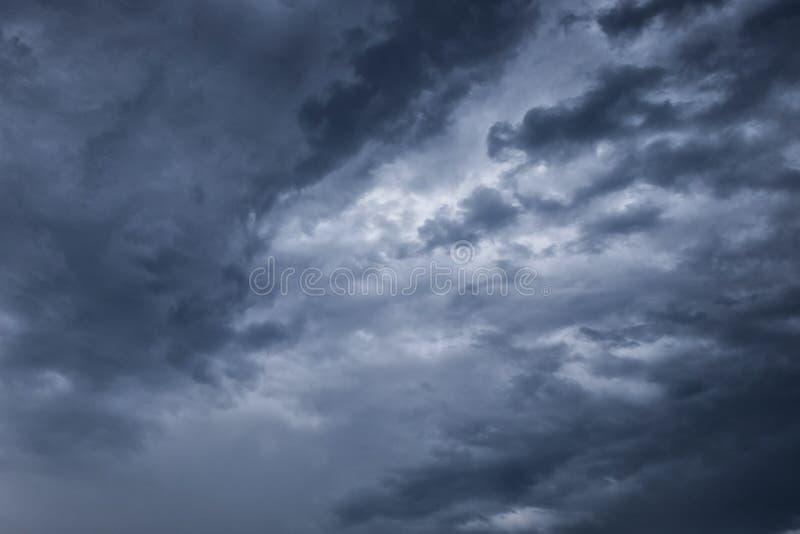 与黑暗的云彩的阴暗天空,灰色云彩,在雨前 免版税图库摄影