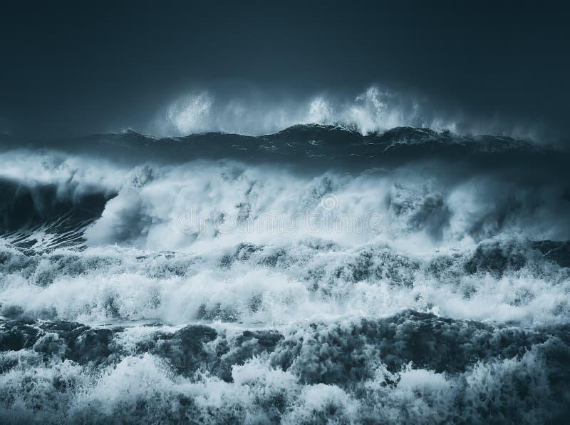 与黑暗的多暴风雨的天气的剧烈的大波浪 免版税库存照片