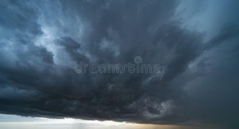 与黑暗的蓬松云彩的剧烈的多雨风暴天空 r 库存图片