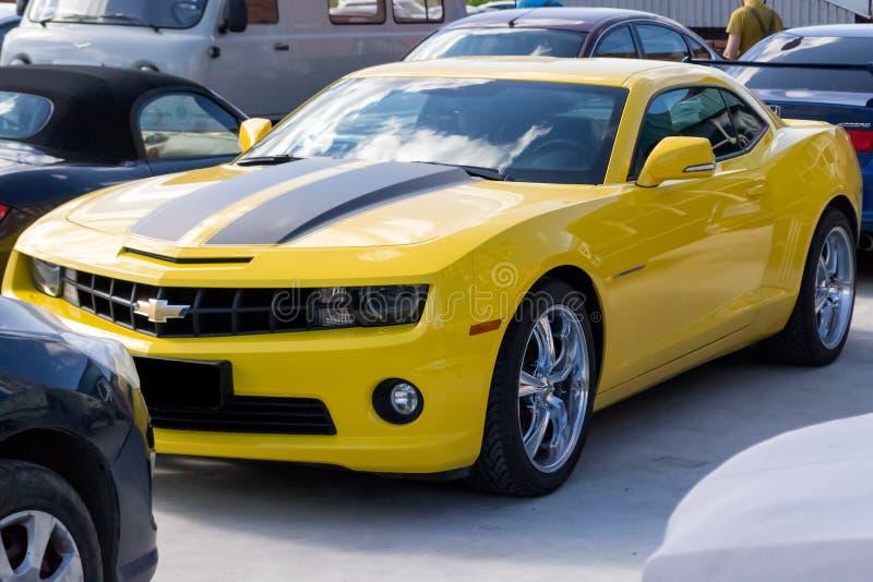 与黑条纹的雪佛兰Camaro黄色 免版税图库摄影