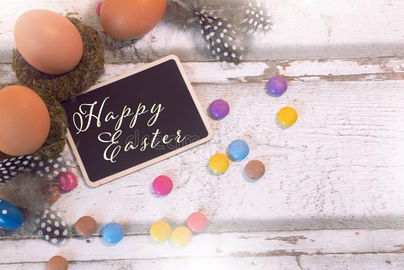 与黑板和鸡蛋的愉快的复活节装饰 库存图片