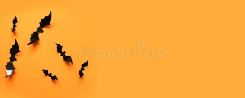 与黑棒的万圣节横幅在橙色背景,顶视图 库存图片