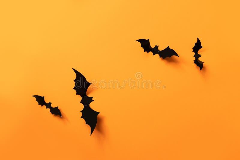 与黑棒的万圣节横幅在橙色背景,顶视图 免版税库存照片