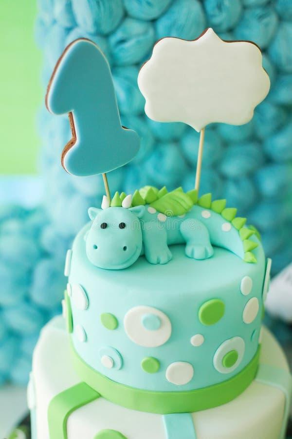 与龙的可爱的第一生日蛋糕 免版税库存照片