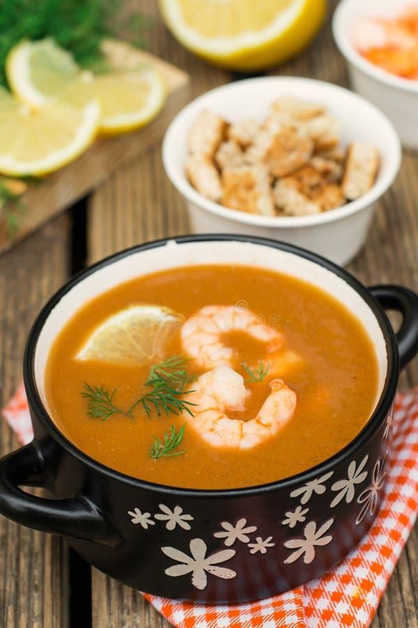 与龙虾和虾的法国传统鱼汤素瓷 库存图片
