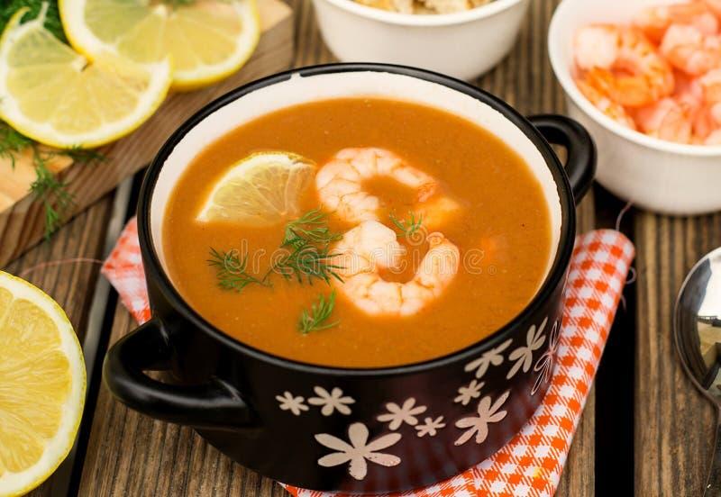 与龙虾和虾的法国传统鱼汤素瓷 免版税库存图片
