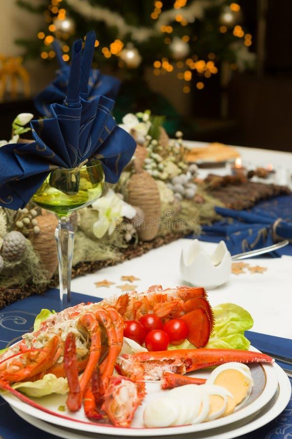 与龙虾的圣诞晚餐桌 图库摄影