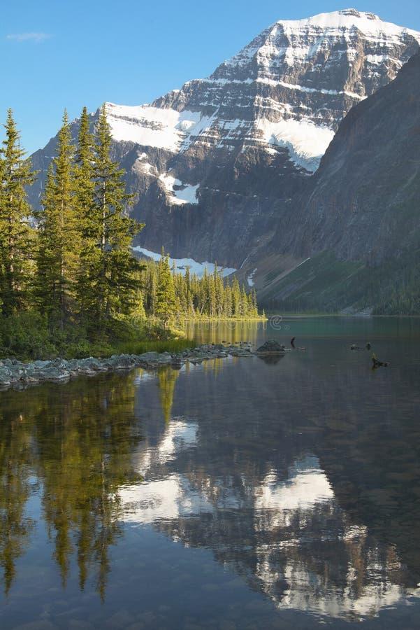 与登上伊迪丝卡夫尔的加拿大风景 碧玉 航寄 库存照片