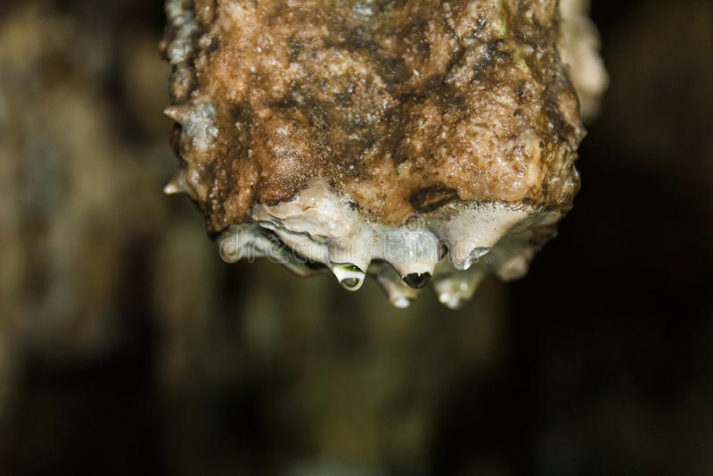 与水下落的钟乳石 免版税库存照片