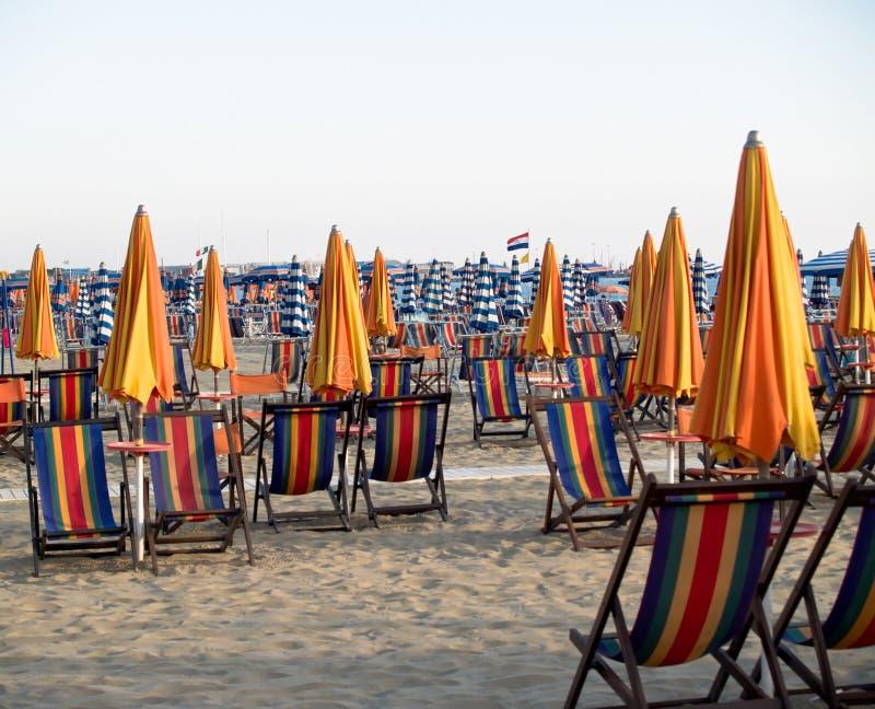 与轻便折叠躺椅的海滩 免版税库存图片