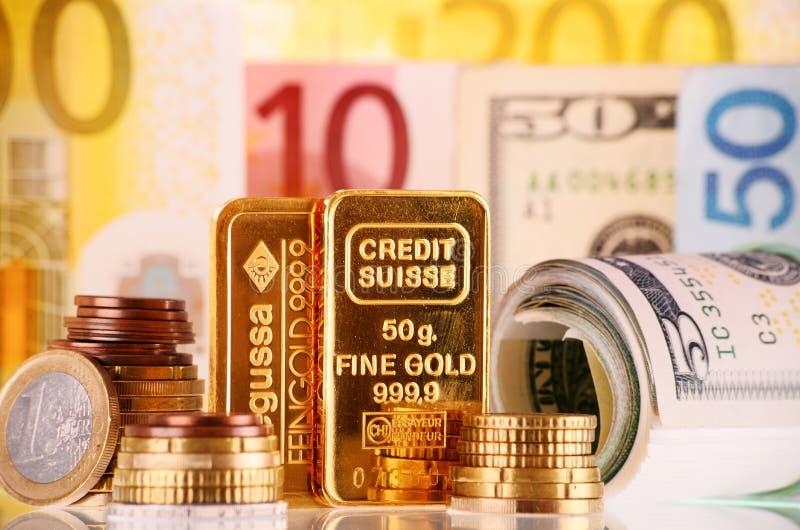 与50克金制马上的齿龈、钞票和硬币的构成 图库摄影