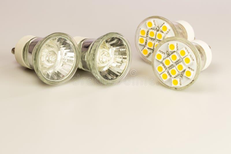 与经典老电灯泡的现代LED电灯泡 免版税库存图片