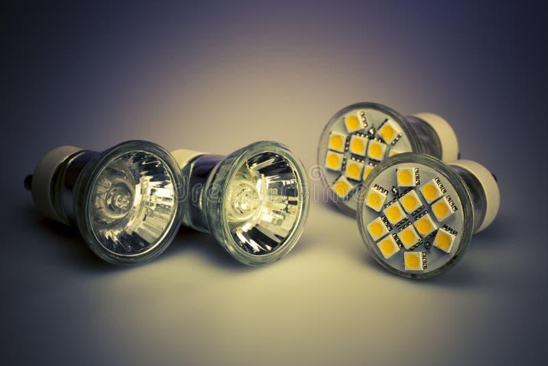 与经典老电灯泡的现代LED电灯泡 库存图片