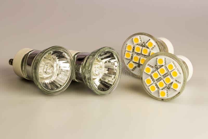 与经典老电灯泡的现代LED电灯泡 免版税库存照片
