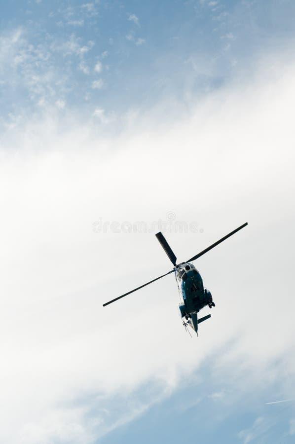 与直升机的多云天空 库存图片